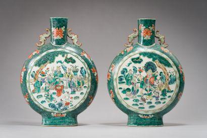 166. CHINE  Paire de vases gourdes à panse...
