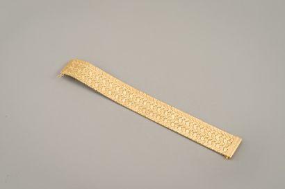 114. Bracelet ruban en or jaune tressé 750/1000e,...