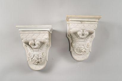 226. Paire de consoles d'applique en marbre...