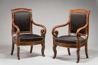 225. Paire de fauteuils à dossier bandeau...