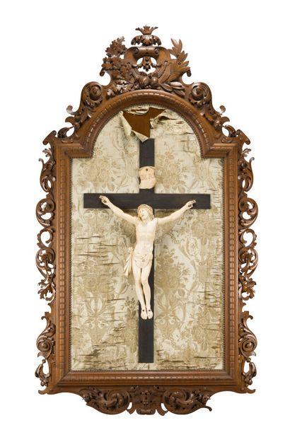 215. Important crucifix en ivoire sculpté,...