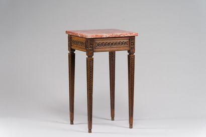 214. Table basse en chêne mouluré et sculpté,...