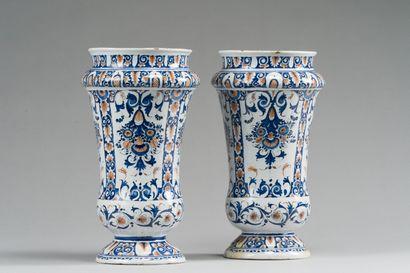 181. ROUEN  Paire de vases cornets en faïence...