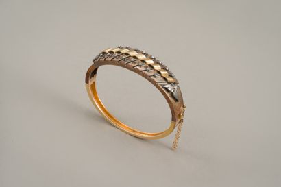 133. Bracelet rigide ouvrant en or jaune...