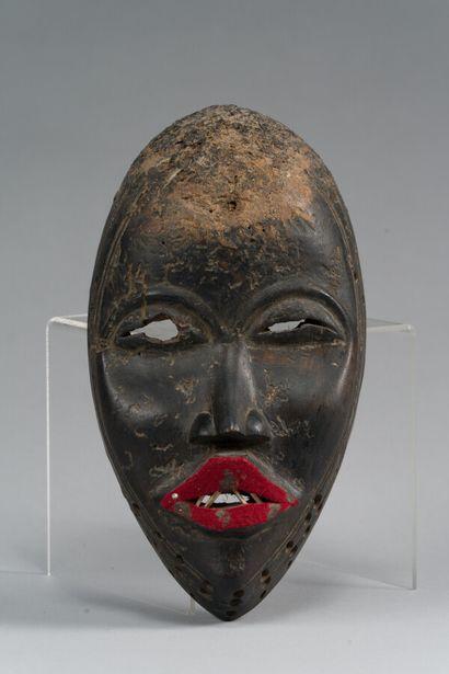 159. Masque africain en bois patiné et peinture...