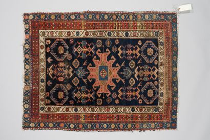 257. CAUCASE  Petit tapis à médaillon central...