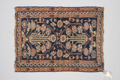 258. CAUCASE  Petit tapis à deux médaillons...
