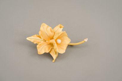 100. Broche orchidée en or jaune maté 750/1000...