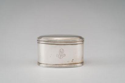 Boîte ovale en argent (800/1000e), soulignée...