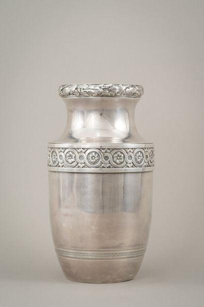 Vase balustre en argent (950/1000e) souligné...