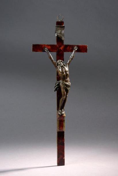Crucifix, le Christ en bronze à patine brune, la croix plaquée d'écaille de tortue...