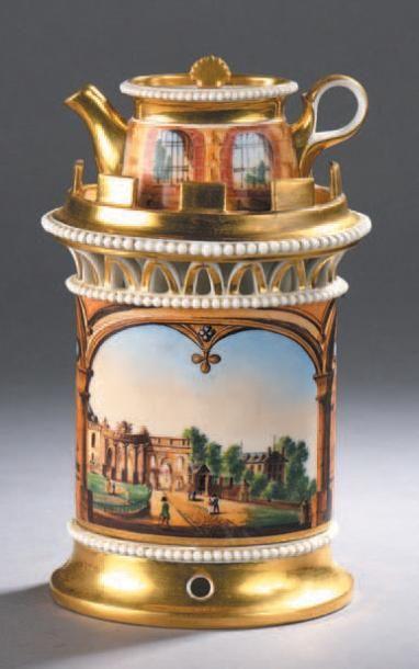 Tisanière en porcelaine à décor polychrome...