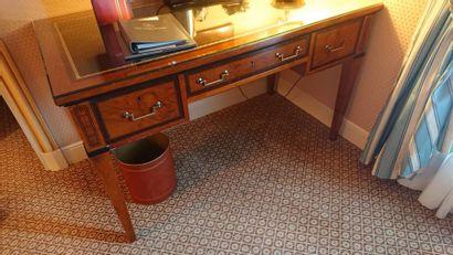 Bureau plat à décor de filets, deux tiroirs...