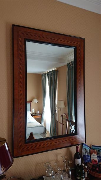 Miroir en bois clair et bois foncé à décor...