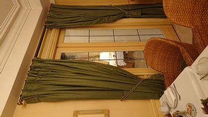 2 tringles + rideaux verts. H: 240 cm.