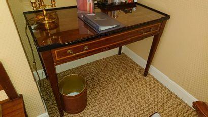 Bureau en bois teinté à décor de filets,...