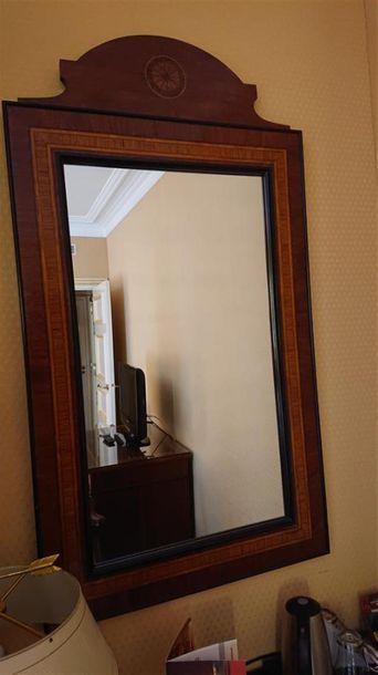 Miroir en bois clair et foncé, frise ajourée...