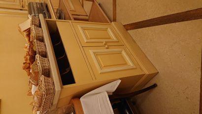 1 meuble range couverts en bois peint jaune...
