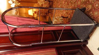 Chariot en métal argenté. H: 184 cm.