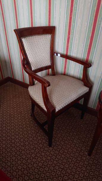 Fauteuil et chaise en bois teinté, pieds...