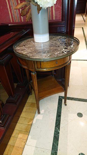 Table bouillotte à plateau d'entrejambe, dessus de marbre gris à galerie, style...