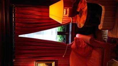 4 paires de rideaux rouge et tringles.