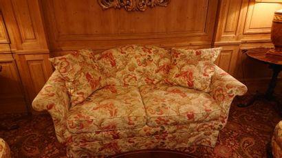 Salon en bois sculpté, pieds cambrés, tissu à fleurs roses, style anglais comprenant...