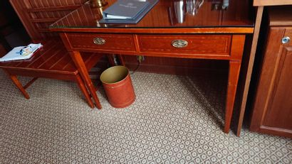 Petit bureau plat à deux tiroirs en ceinture,...