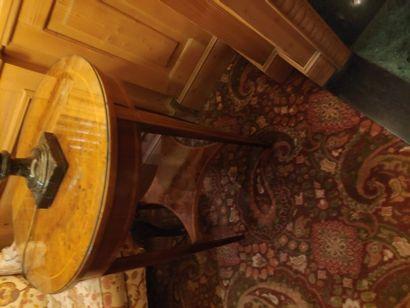 Guéridon rond en laque et filets de bois clair, pieds gaine à entretoise, style...