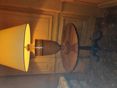 Paire de lampes en composite à l'imitation de la loupe et du placage à motif de...