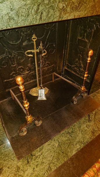 Paire de chenets en laiton et bronze, style du XVIIème siècle. H: 62 cm.