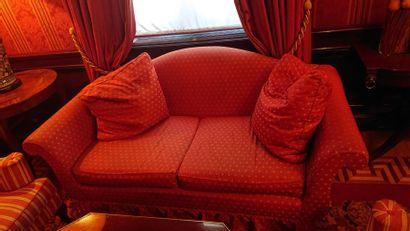 Paire de canapés deux places en tissu rouge...