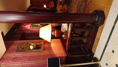 2 colonnes en bois teinté et balustrade....