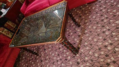 Table basse en bois verni, plateau à pans...