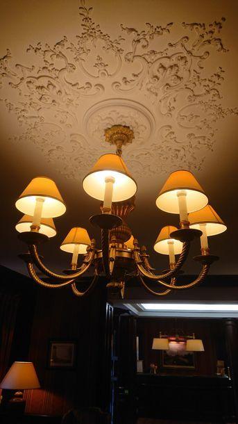 Large lustre en bronze doré à huit bras de...