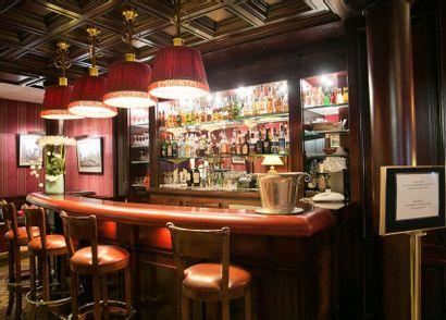 1 bar en bois teinté (330 cm), rebord cuir...