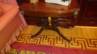 Table à jeu en bois teinté acajou, piètement...