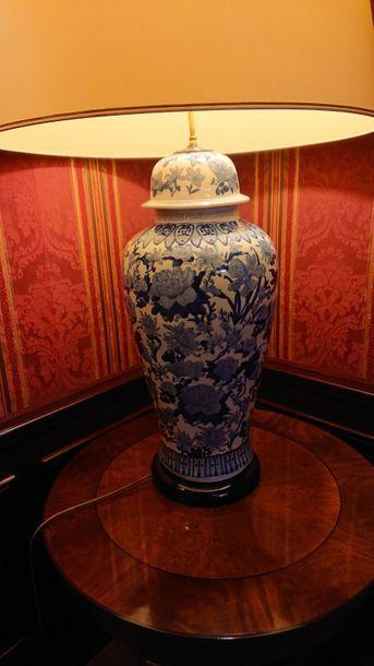 Grande lampe en porcelaine bleue et blanche....