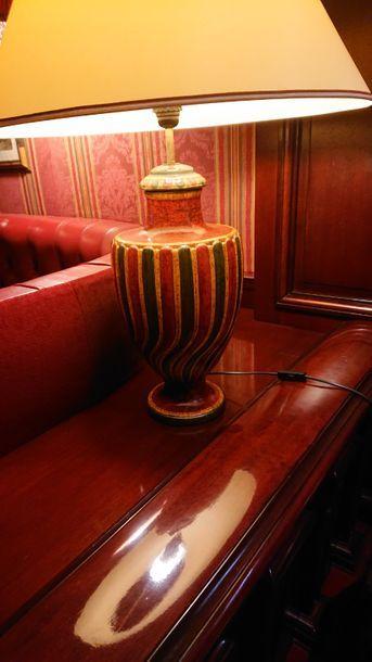 Lampe en céramique à décor de godrons rouges...