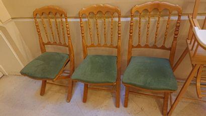 Neuf chaises pliantes, dossier à barreaux,...