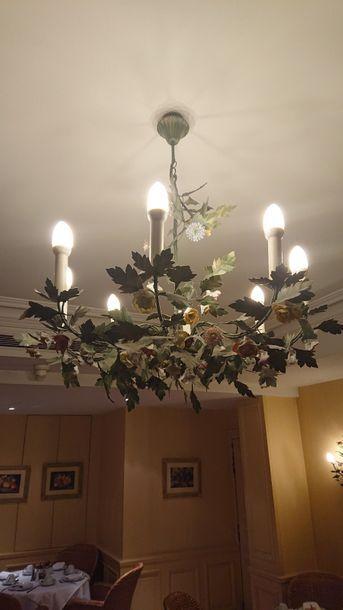Large lustre à douze bras de lumière en tôle...