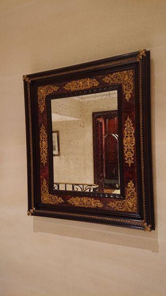 Miroir rectangulaire en bois sculpté et cuivre...