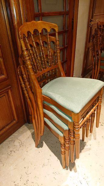 Vingt chaises à barreaux, assise verte. H:...