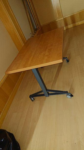 Six tables rectangulaires à plateaux pivotant....