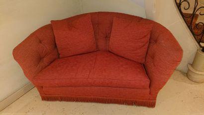 Canapé corbeille en tissu rouge. H: 85 cm...
