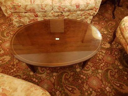 Table basse ovale en ronce et filets de bois clair, pieds gaine à roulettes, style...