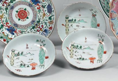 Trois coupelles en porcelaine décorée en...