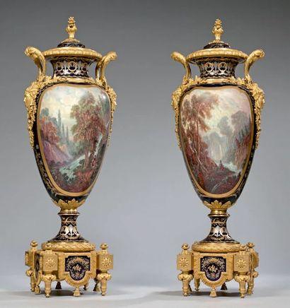 Paire de très grands vases ovoïdes couverts...