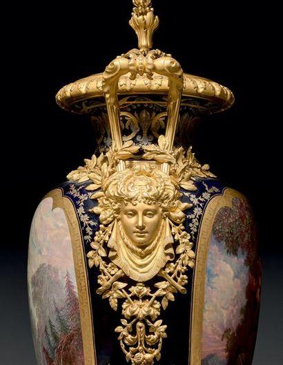 Paire de très grands vases ovoïdes couverts sur piédouche en porcelaine, ornés de...