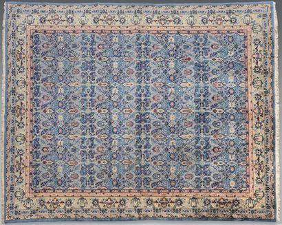 Grand tapis persan orné de fleurs et feuillages...